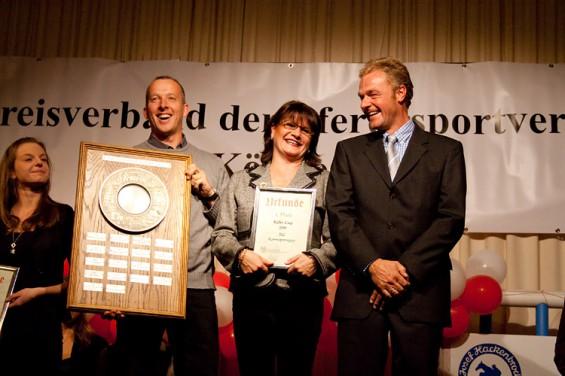 Reitlehrer Matthias Bojer mit dem Wanderpokal des Köln-Cups gemeinsam mit Sabine Heckmann und Reitlehrer Stefan Weyandt auf der Kölner Reitergala 2011