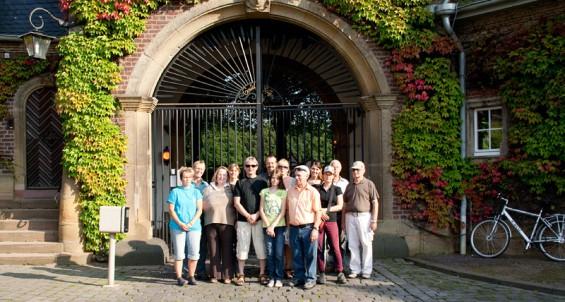 Ein Gruppenfoto unserer Ausflügler vor dem Tor des Gestüt Röttgen