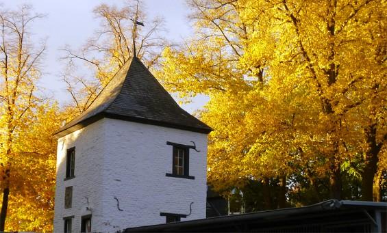 Der historische Thurner Hof in Köln Dellbrück im Herbst